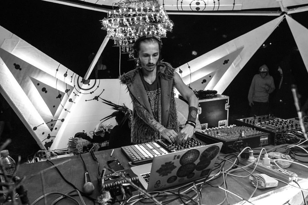 Sun Spirit (Крым, 2018).  Было круто играть после звезды, Merkaba, с сета которого еще в 2013 году начался мой вход в создание Psy-Trance. А в 2016 я выпустил на его лейбле альбом.